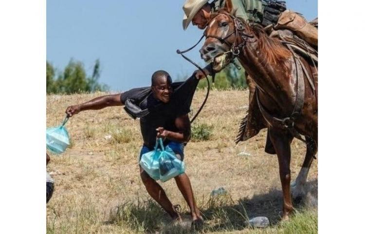 Polémica por imágenes de fronterizos gringos sometiendo a migrantes haitianos