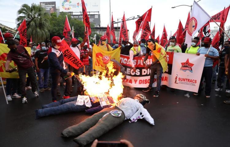 Fotos: Diversos grupos protestaron ayer frente a la Asamblea