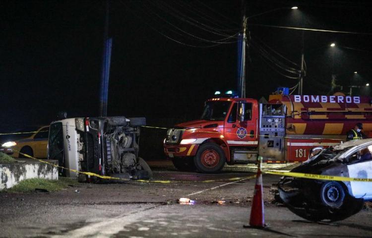 Un muerto y tres heridos en colisión múltiple