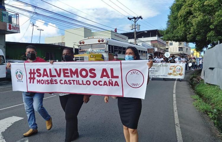 Colegio Moisés Castillo Ocaña protestó frente a sede regional del Meduca