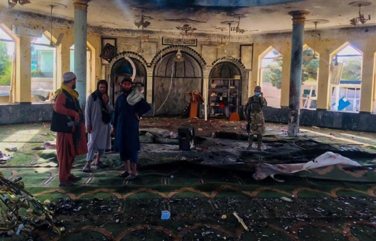 Funeral masivo tras el atentado del EI en Afganistán con al menos 80 muertos