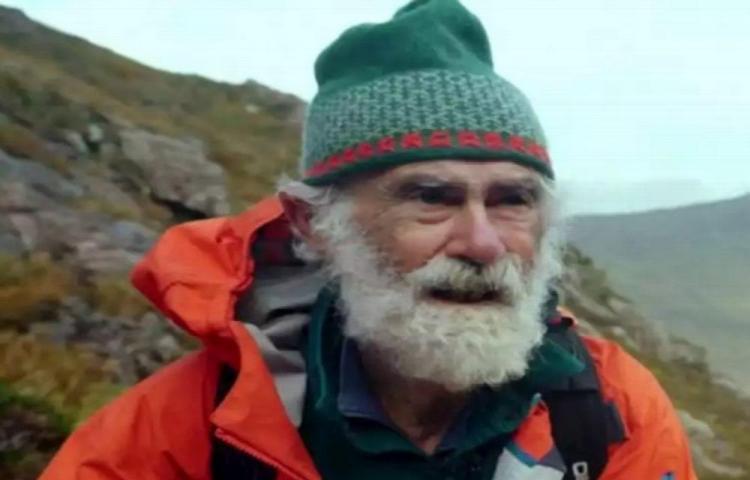 A sus 81 años escala montañas para ayudar a los demás