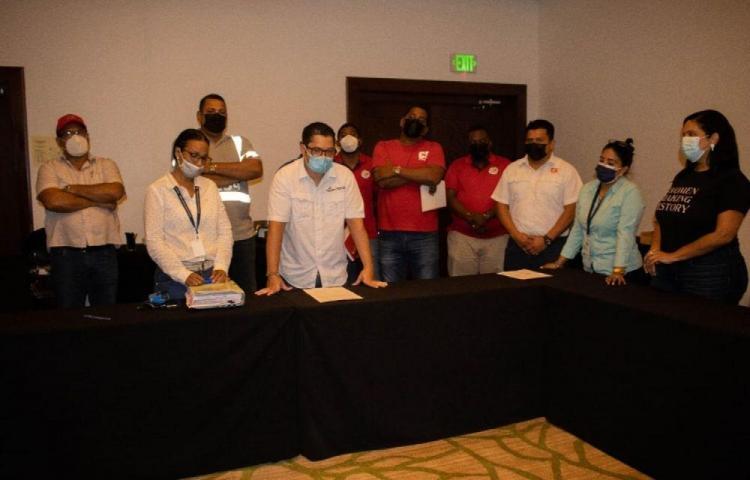 Empresa y trabajadores de carga portuaria firman acuerdo