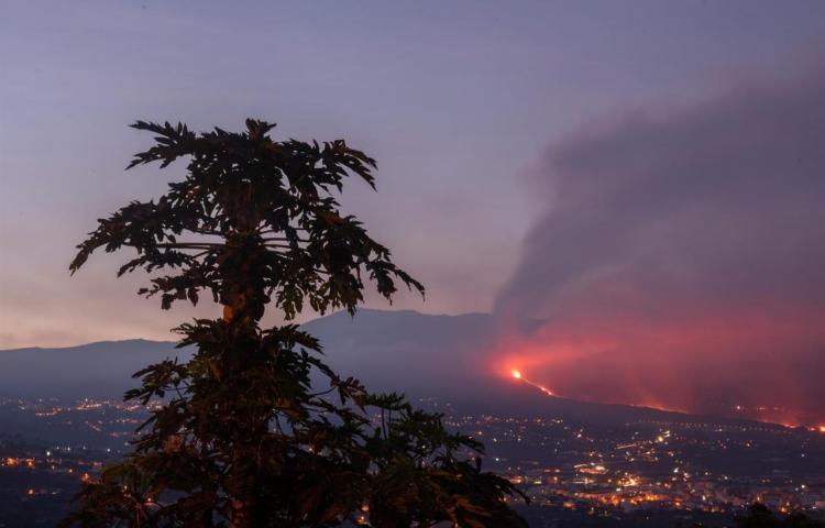 El volcán de La Palma sigue rugiendo mientras sube la sismicidad