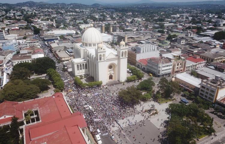 Miles de salvadoreños marchan contra Bukele cuando se acerca a su medio mandato
