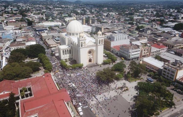 Miles de salvadoreños marchan en contra del presidente Bukele